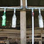Botol air mineral yang diisi kapur tulis sebagai penetralisir gas dan kadar air