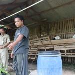 Teguh Haryanto (kanan) menerangkan teknologi pengolahan biogas