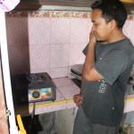 Teguh Haryanto menunjukkan api berwarna biru dari biogas olahannya