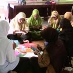 Para perempuan bekerjasama membuat peta aset desa