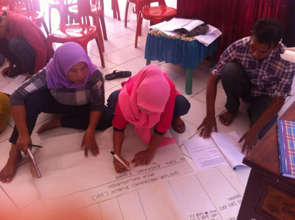 Peserta mengidentifikasi jenis-jenis informasi publik di desa