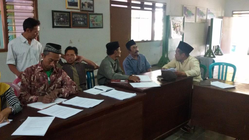 Salah satu kelompok mendiskusikan hasil pendataan aset dan potensi Desa Kucur