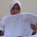Seorang kader Pembaharu Desa Tunjungtirto membaca Moduk Keuangan Desa