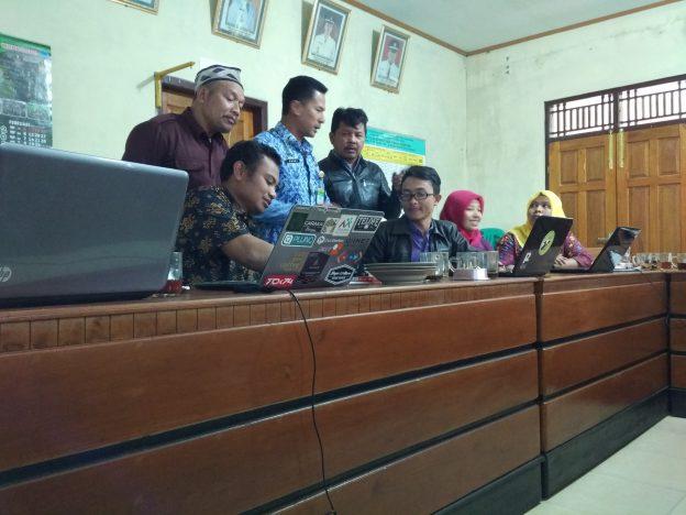 Salah satu proses pelatihan aplikasi keuangan desa di Desa Kapencar, kecamatan Kertek